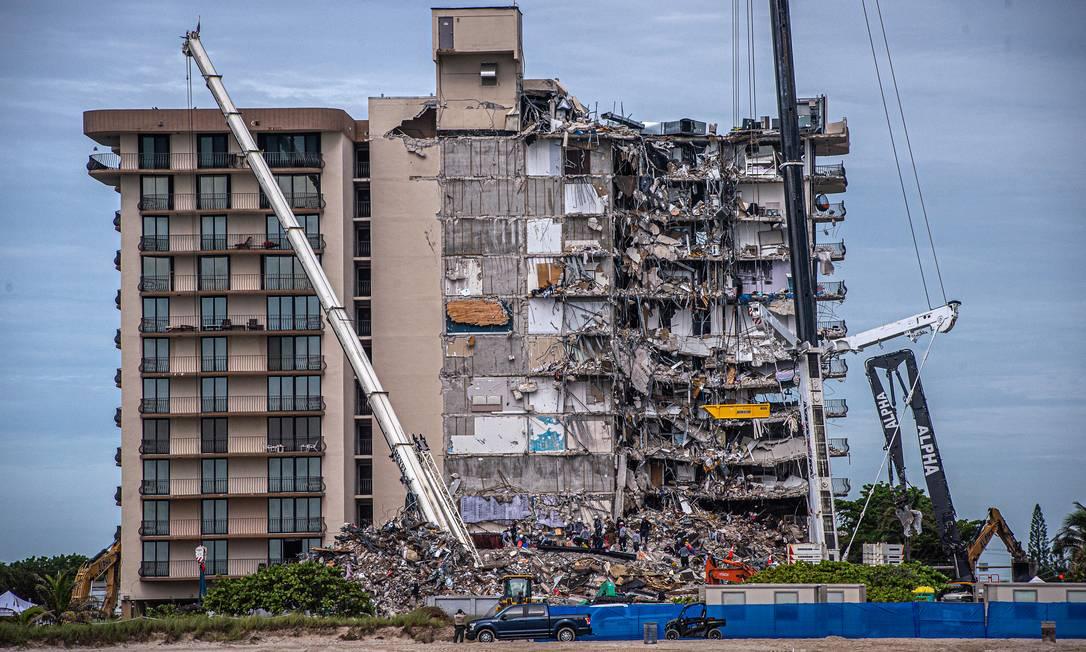 Equipes de resgate procuram possíveis sobreviventes no prédio parcialmente desmoronado em Surfside, na Flórida Foto: GIORGIO VIERA / AFP