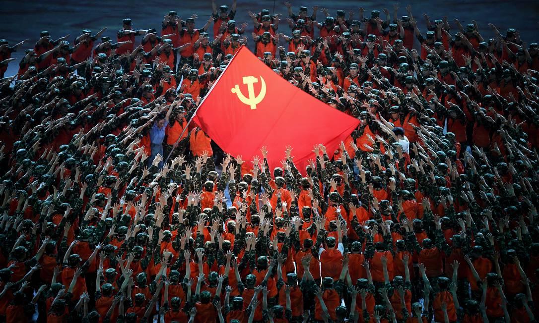 Artistas dançam durante uma apresentação na celebração do 100º aniversário da fundação do Partido Comunista da China, no estádio nacional, em Pequim Foto: NOEL CELIS / AFP
