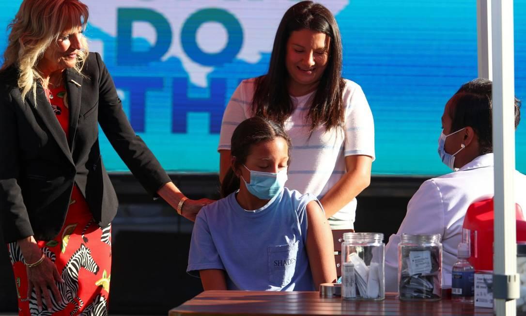 Jill Biden, primeira-dama dos Estados Unidos, observa enquanto a jovem Adriana Lyttle, de 12 anos, toma vacina na distileria Ole Smoky, em Nashville, no Tennessee Foto: TOM BRENNER / REUTERS/22-6-21