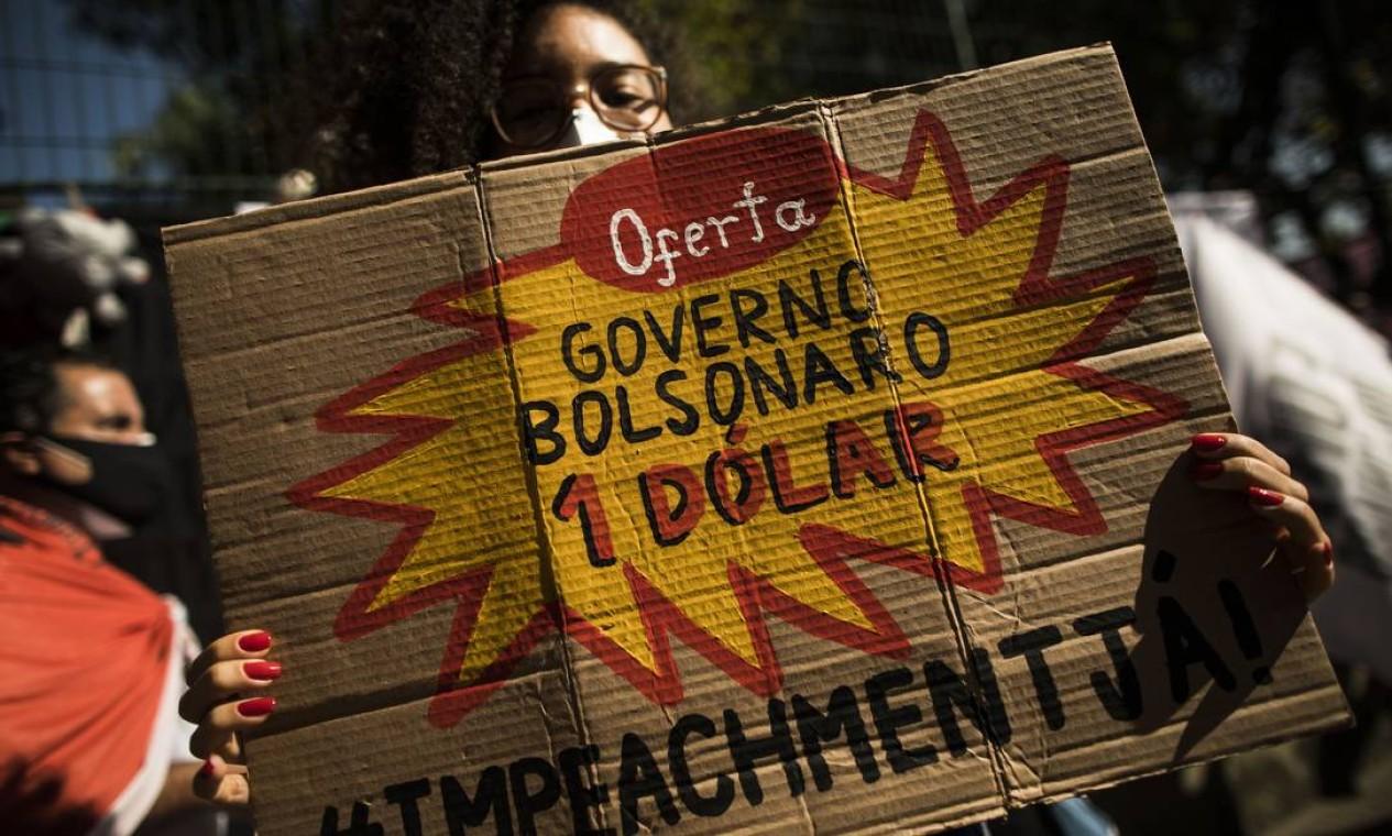 Manifestante pede impeatchment em cartaz em referência ao escândalo da compra da Covaxin, denunciada por um servidor público de carreira e alvo da CPI Foto: Guito Moreto / Agência O Globo