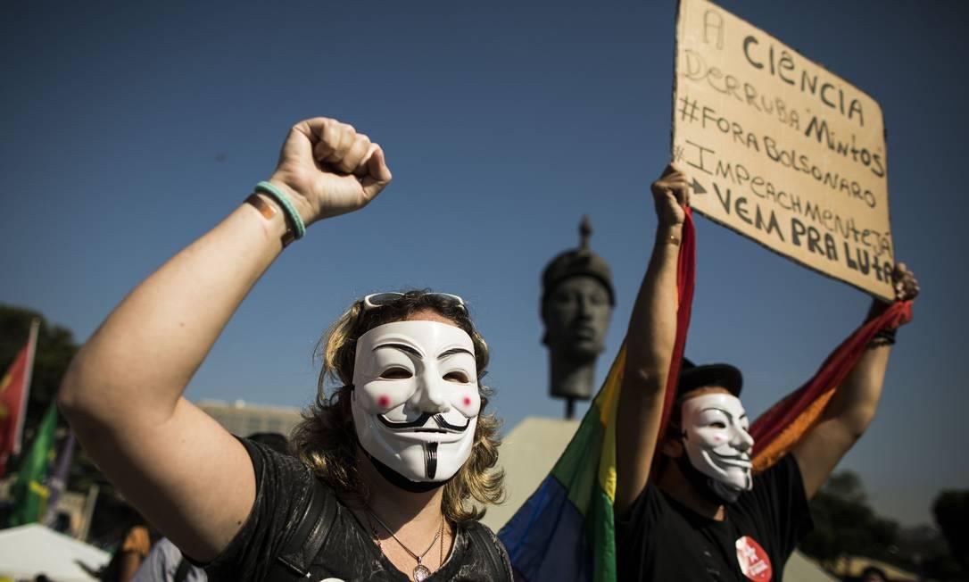 Manifestantes marcham pelo Centro do Rio para pedir impeachment de Jair Bolsonaro Foto: Guito Moreto / Agência O Globo