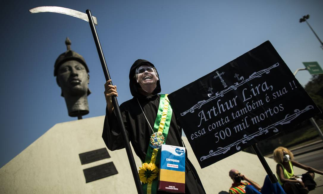 Manifestante se veste de morte com a cara do presidente Jair Bolsonaro, com cartaz contra o presidente da Câmara, Arthur Lira Foto: Guito Moreto / Agência O Globo