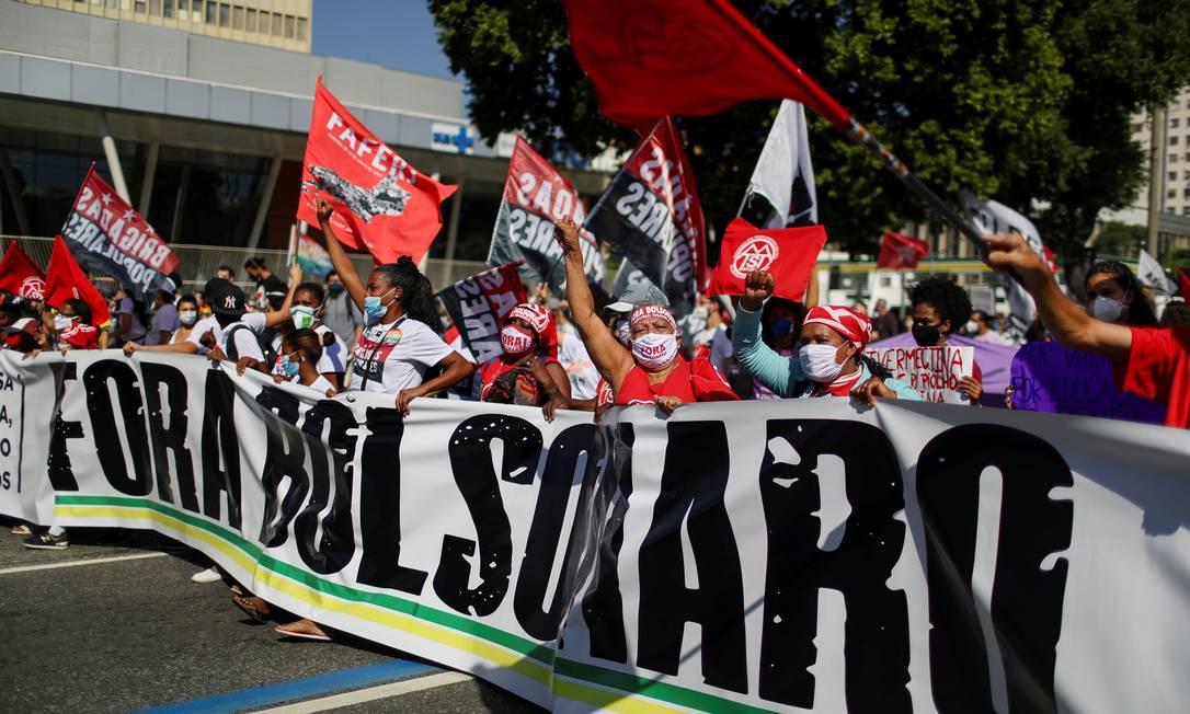 Manifestantes seguram faixa pedindo saída de Bolsonaro da Presidência em protesto no Centro do Rio Foto: PILAR OLIVARES / REUTERS