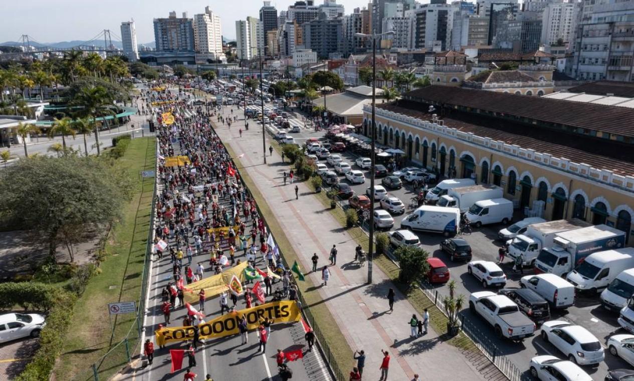 Manifestação contra o presidente Jair Bolsonaro, em Florianópolis, teve início às 9h30 deste sábado. Protesto se concentrou na Praça Tancredo Neves, no Centro, e depois percorreu as ruas do centro da capital de Santa Catarina Foto: Gabriel Schlickmann/iShoot / Agência O Globo