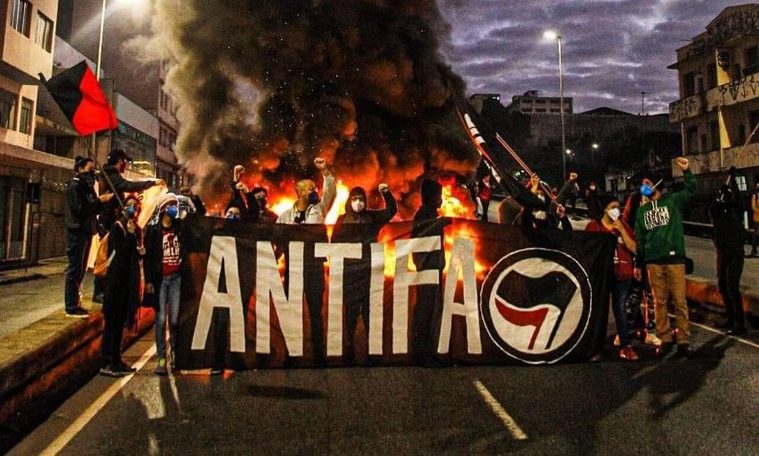 Um grupo de manifestantes queimou pneus no Elevado Dona Helena Greco, no Centro de Belo Horizonte, em Minas Gerais, durante ato contra o governo Bolsonaro Foto: