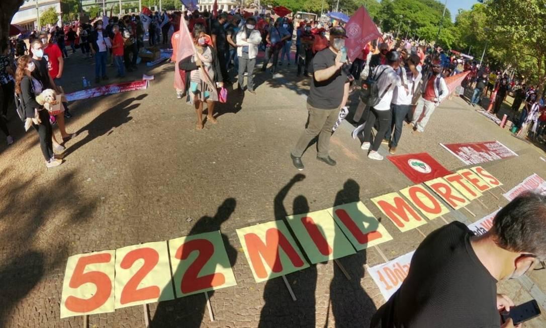 Em Goiânia, manifestantes pediram por mais vacina e a volta do auxílio emergencial no valor de R$ 600 Foto: Reprodução/Zé Washington / TV Anhanguera