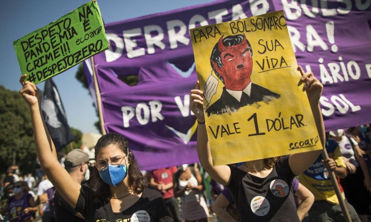 Ato contra o governo Bolsonaro ocupa as ruas do Centro do Rio neste sábado Foto: Guito Moreto / Agência O Globo