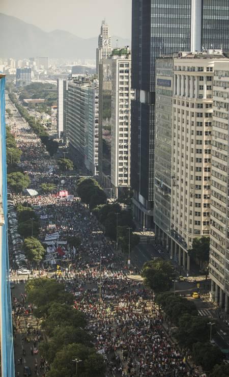 Avenida Presidente Vargas, no centro do Rio, ficou tomada de manifestantes durante ato que pede o impeachment do presidente Bolsonaro Foto: Guito Moreto / Agência O Globo