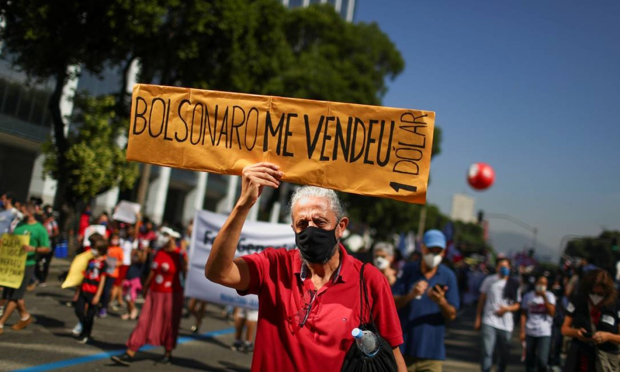 """Homem exibe um cartaz com a frase """"Bolsonaro me vendeu"""" durante um protesto, no Rio que reivindica o impeachment do presidente Jair Bolsonaro Foto: PILAR OLIVARES / REUTERS"""
