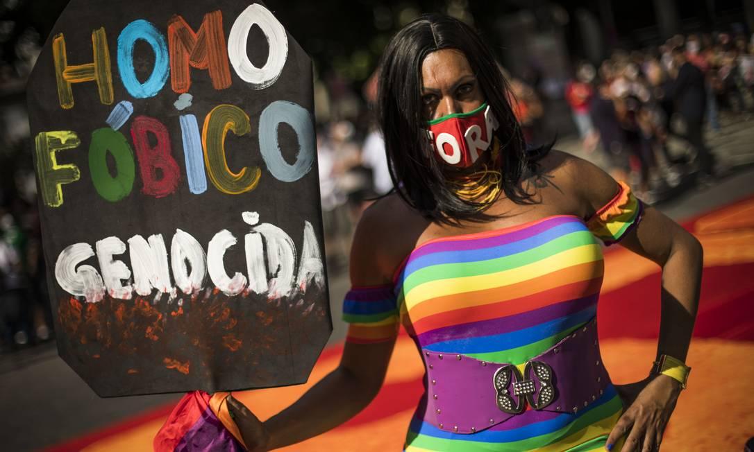 No Rio, o protesto ganhou novas cores com a presença de bandeiras do Brasil e da comunidade LGBTQIAP+ Foto: Guito Moreto / Agência O Globo