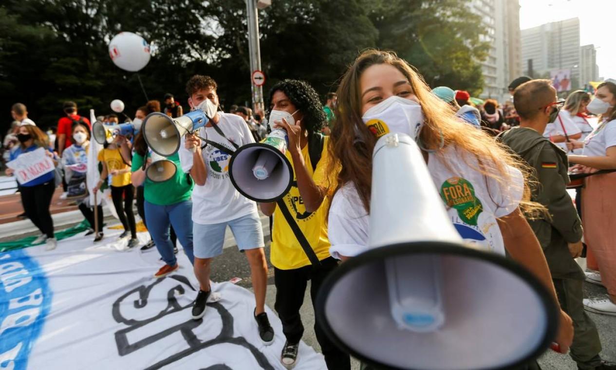 Pessoas participam de um protesto contra o presidente Jair Bolsonaro, em São Paulo Foto: MARIANA GREIF / REUTERS