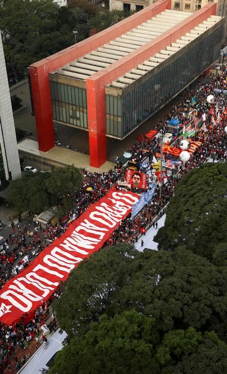 """Uma faixa com a frase """"Pessoas acima do lucro"""" é exibida durante ato na Avenida Paulista, em São Paulo Foto: CARLA CARNIEL / REUTERS"""
