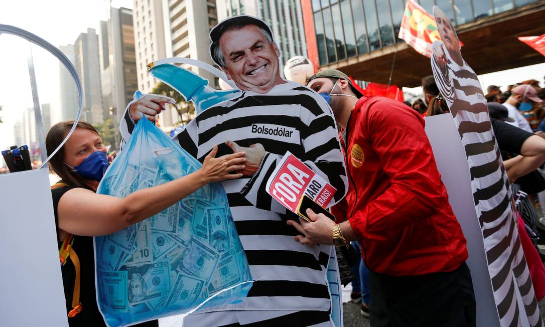 Pessoas seguram um boneco de papelão do presidente Jair Bolsonaro durante protesto em São Paulo Foto: MARIANA GREIF / REUTERS