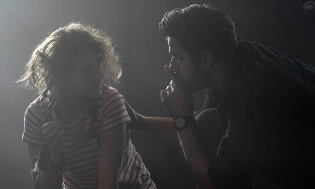 """Millicent Simmonds e John Krasinski em cena do filme """"Um lugar silencioso - Parte II"""" Foto: Jonny Cournoyer / Divulgação"""
