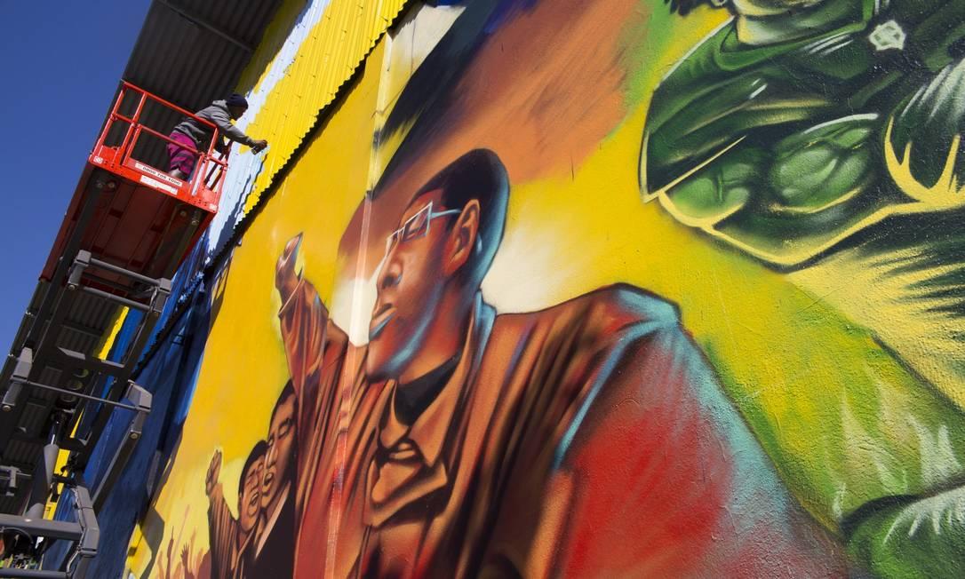 Mural do grafiteiro Acme, em fase final: homenagem a líderes que lutaram por direitos de pessoas negras Foto: Maria Isabel Oliveira / Agência O Globo