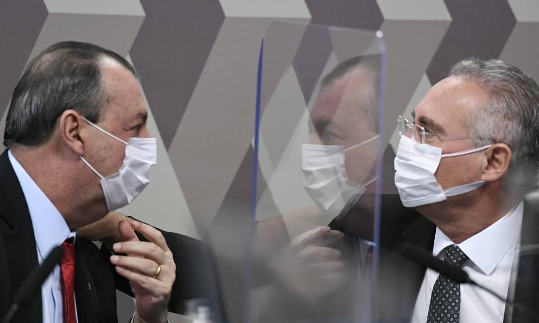 Os senadores Omar Aziz (PSD-AM), presidente da CPI da Covid, e Renan Calheiros (MDB-AL), relator: comissão apura fake news na pandemia Foto: Jefferson Rudy / Agência Senado