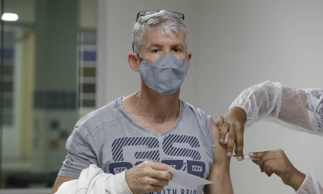 Adilson Freitas voltou ao posto em Nilópolis para nova dose da AstraZeneca Foto: Domingos Peixoto / Agência O Globo