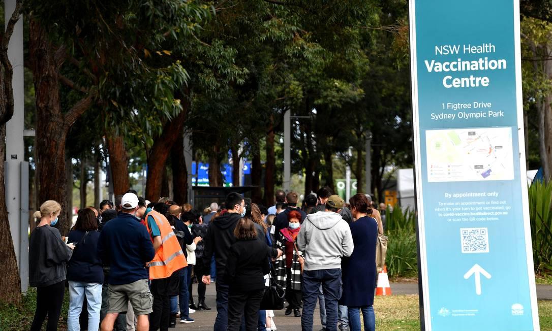Moradores de Sydney fazem fila do lado de fora de um centro de vacinação contra Covid, enquanto variante Delta se espalha para outras regiões Foto: SAEED KHAN / AFP/24-06-2021