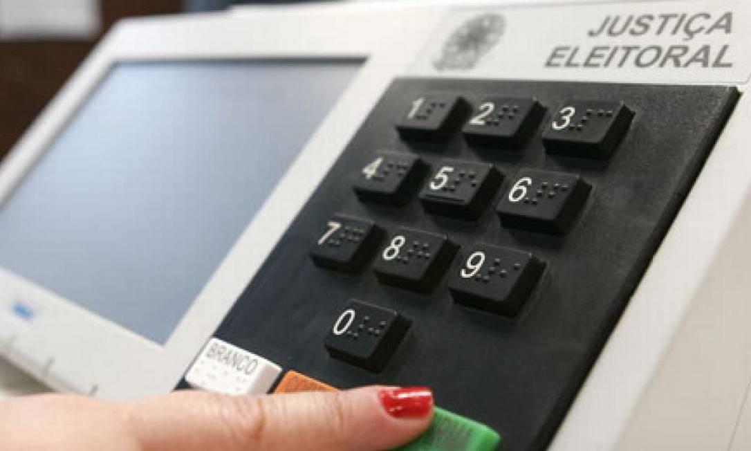 Eleitora vota em urna eletrônica Foto: Reprodução