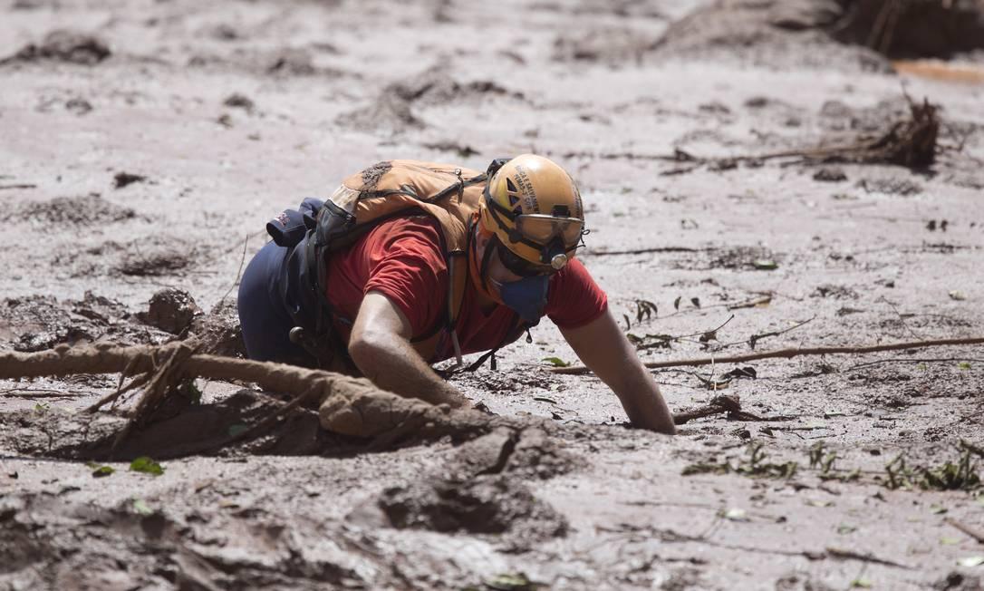 Bombeiro busca vítimas de rompimento de barragem em Brumadinho na área próxima da pousada Nova Estância Foto: Márcia Foletto / Agência O Globo