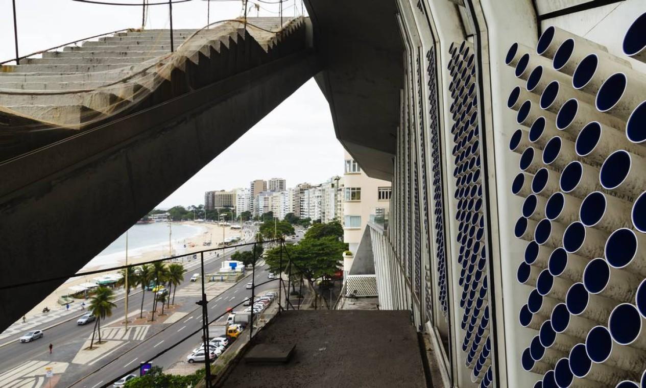A previsão é que operários voltem ao icônico prédio na Avenida Atlântica até o fim deste ano, e que o espaço que guarda um histórico acervo audiovisual abra as portas ao público no início de 2023 Foto: Leo Martins / Agência O Globo