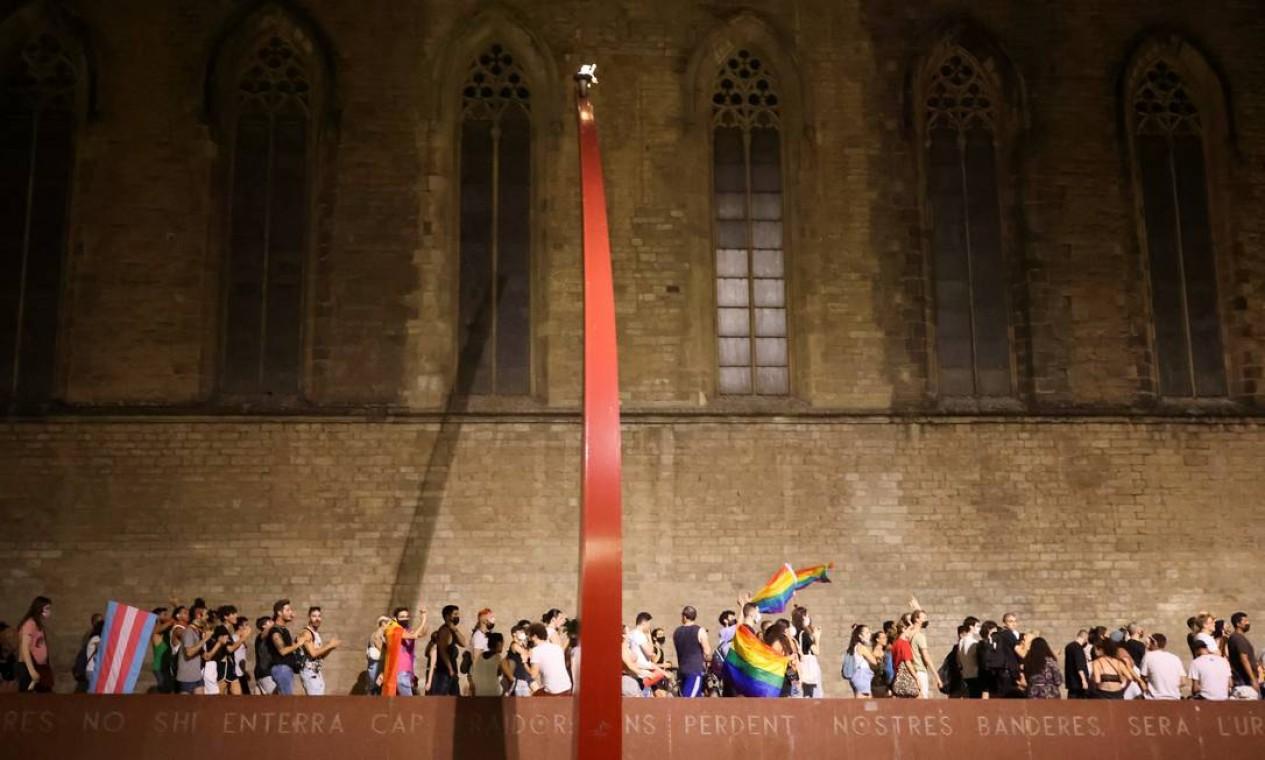 Ativistas LGBTIAP+ protesta, em Barcelona, pela morte de Samuel Luiz, que foi atacado fora de um clube em la Coruña Espanha Foto: NACHO DOCE / REUTERS