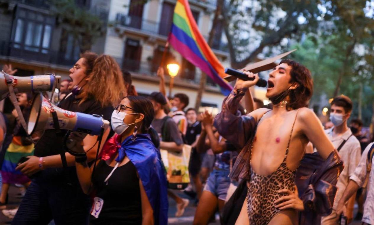 Ativista LGBTIAP+ marcham, em Barcelona, pela morte de Samuel Luiz, que foi atacado fora de um clube em la Coruña Espanha Foto: NACHO DOCE / REUTERS