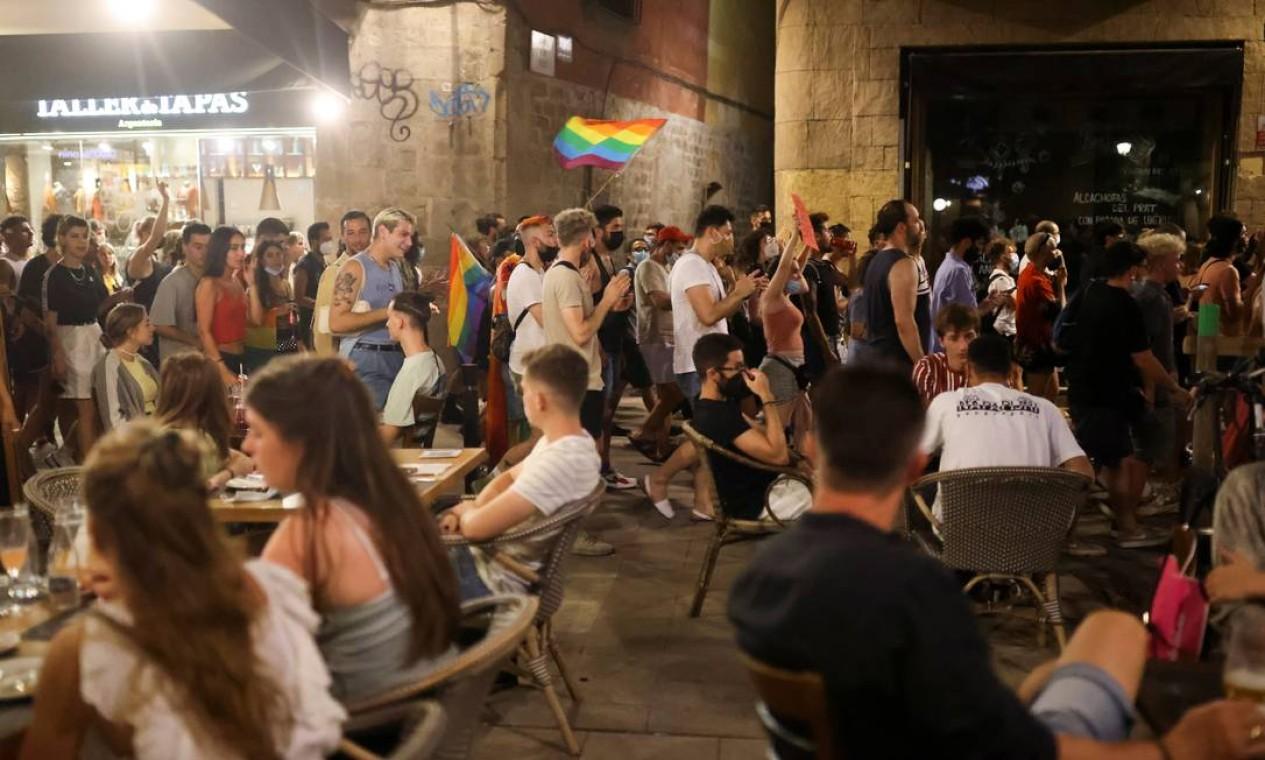 Ativista LGBTIAP+ protesta, em Barcelona, pela morte de Samuel Luiz, que foi atacado fora de um clube em la Coruña Espanha Foto: NACHO DOCE / REUTERS