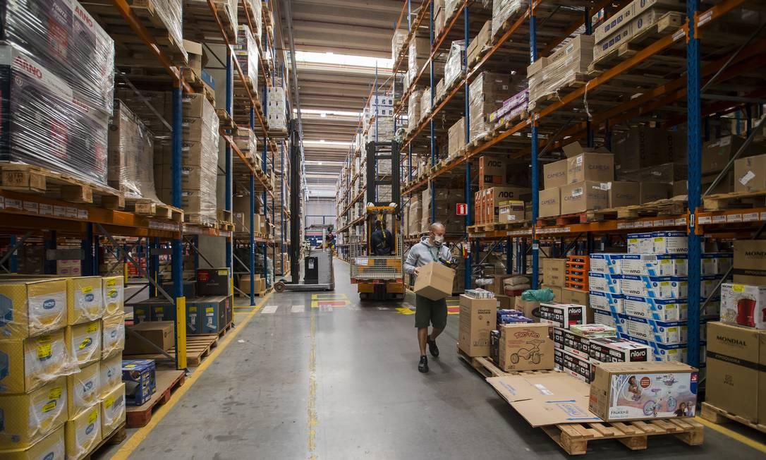Na foto, centro de distribuição da Via. Retomada gradual do comércio desencadeou uma operação de guerra na logística da indústria e no varejo Foto: Edilson Dantas / Agência O Globo
