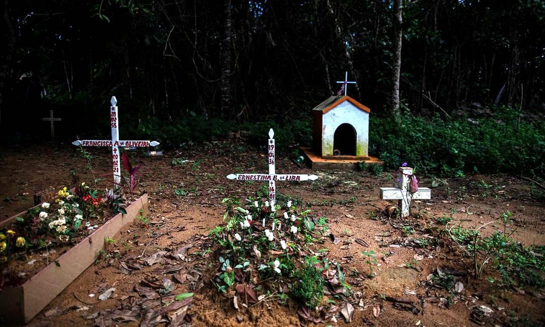 Vista do cemitério da comunidade São Sebastião da Serra Baixa, localizada na zona rural de Iranduba, na calha do Rio Negro, no Amazonas Foto: Raphael Alves / Agência O Globo