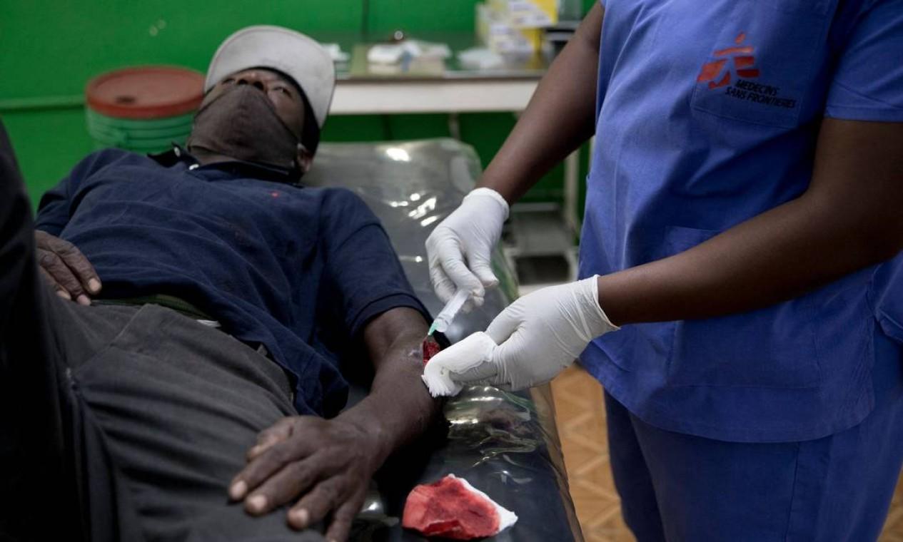 Médicos sem Fronteiras (MSF) informou ter fechado um hospital na capital do Haiti, Porto Príncipe, depois de ser alvo de tiros no último fim de semana de junho deste ano Foto: VALERIE BAERISWYL / AFP