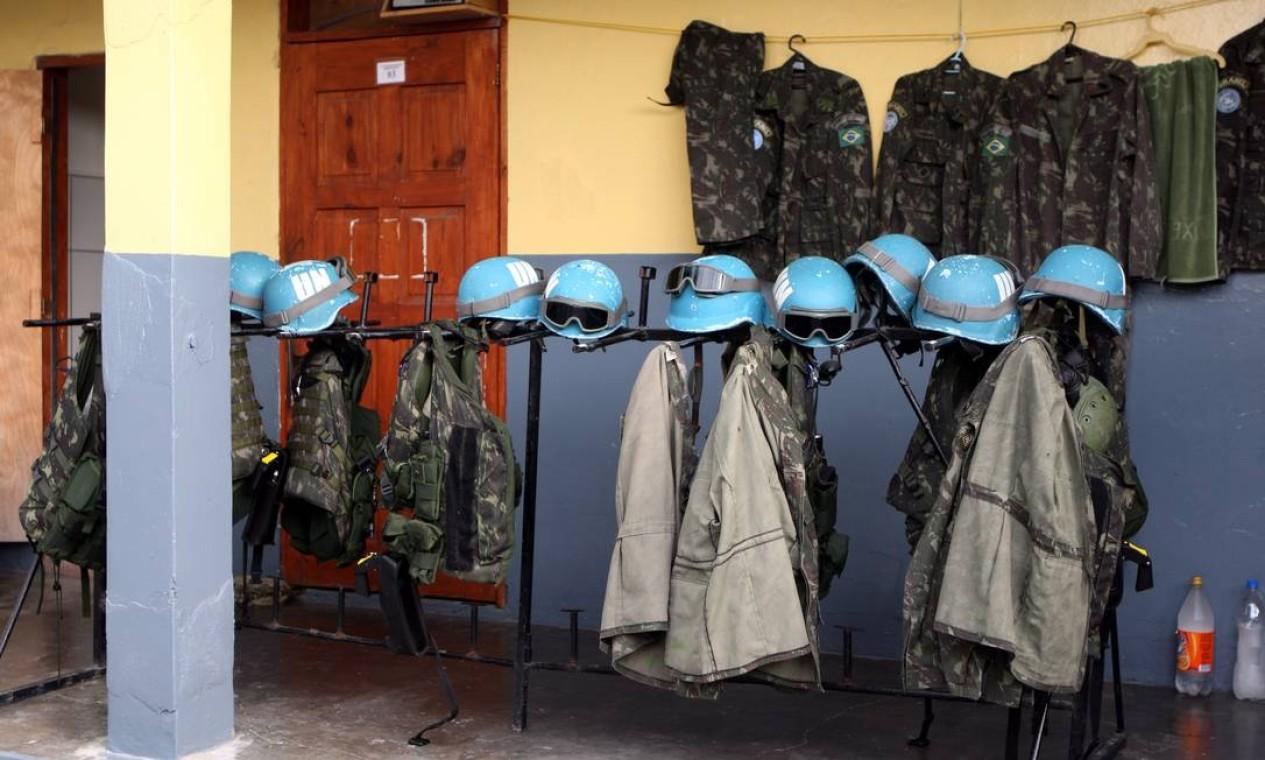 Fardas e equipamentos de proteção de militares brasileiros são pendurados em varal Foto: Luís Alvarenga / Agência O Globo - 10/06/2008