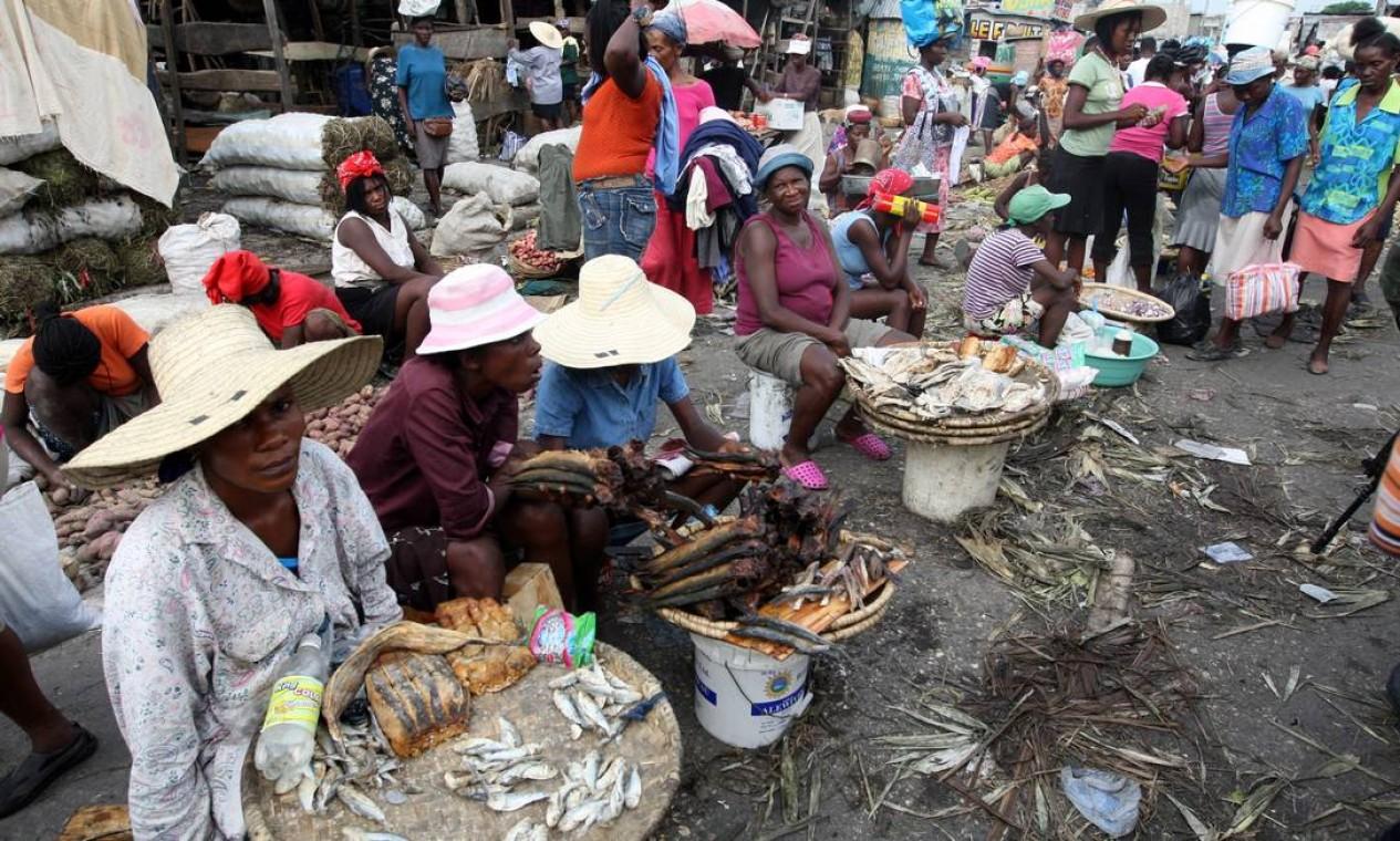 Cozinha do inferno. Assim é chamado o mercado popular em Bel-air onde são oferecidas comidas rejeitadas – lê-se podres, em sua maioria – e roupas sujas Foto: Luís Alvarenga / Agência O Globo - 10/06/2008