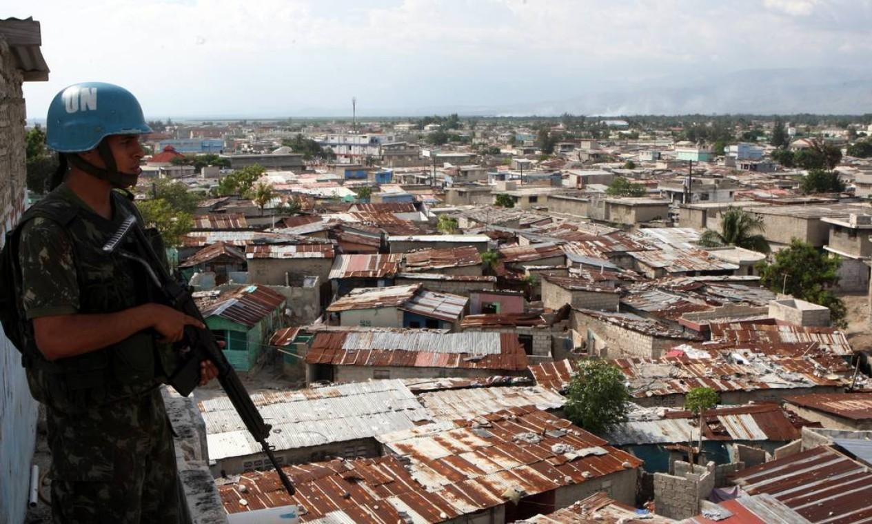 Tropas brasileiras estiveram presentes durante a missão de Paz no Haiti entre 2004-2017 Foto: Luis Alvarenga / Agência O Globo - 10/06/2008