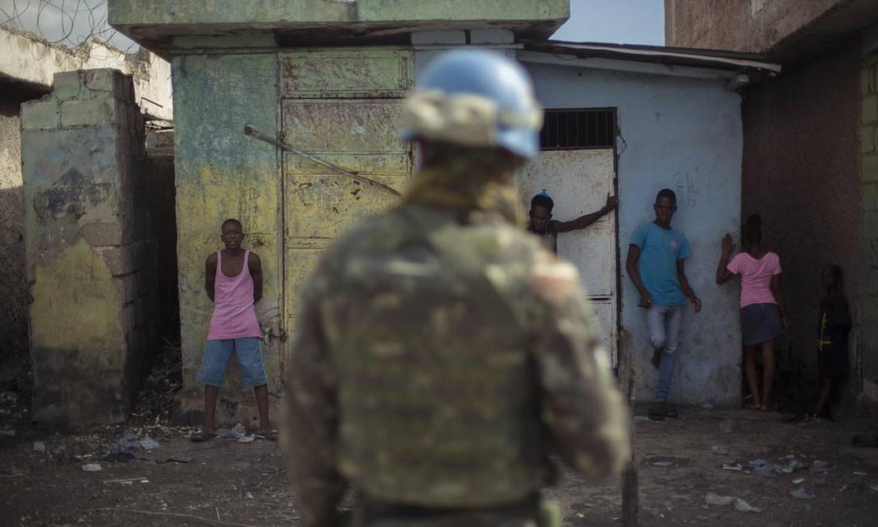 Militar do exército realiza a última patrula na favela de Cite Soleil, após 13 anos de operação no Haiti Foto: Daniel Marenco / Agência O Globo - 30/08/2017