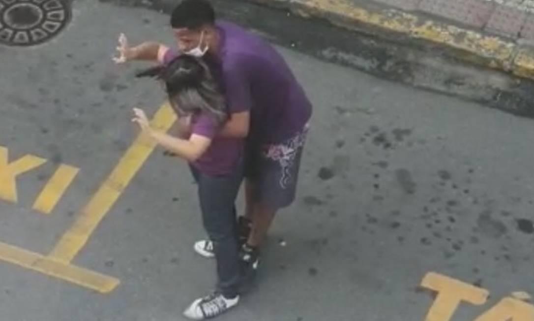 Mulher ficou sob mira de arma por cerca de 20 minutos em Angra Foto: Reprodução