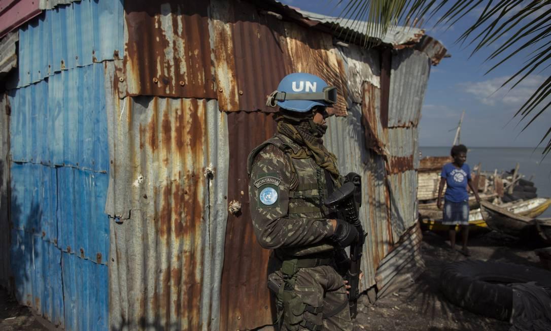 Militar das forças de paz da ONU realiza última patrula na favela de Cite Soleil, no Haiti Foto: Daniel Marenco / Agência O Globo/30-08-2017