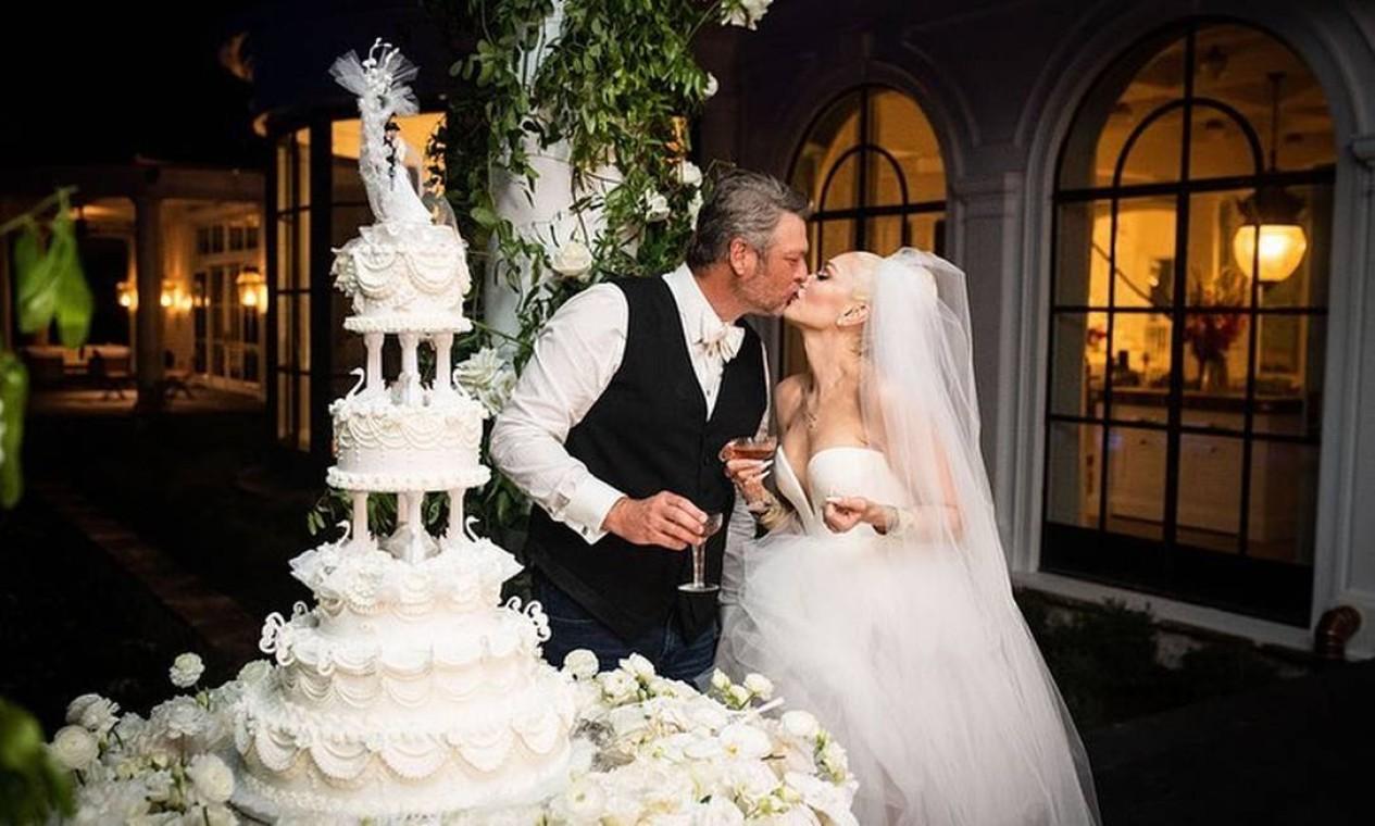 Casal se beija diante do bolo Foto: Reprodução/Instagram