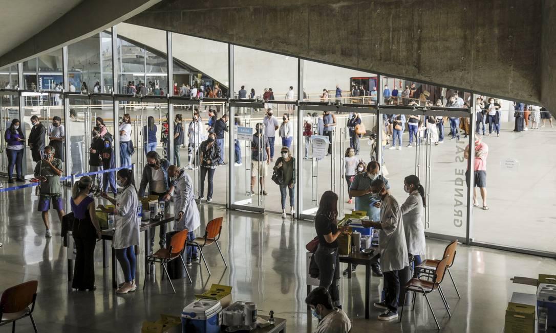 Cidade das Artes, na Barra da Tijuca, tem longa fila para vacinação contra a Covid-19 ao longo desta quarta-feira Foto: Gabriel de Paiva / Agência O Globo