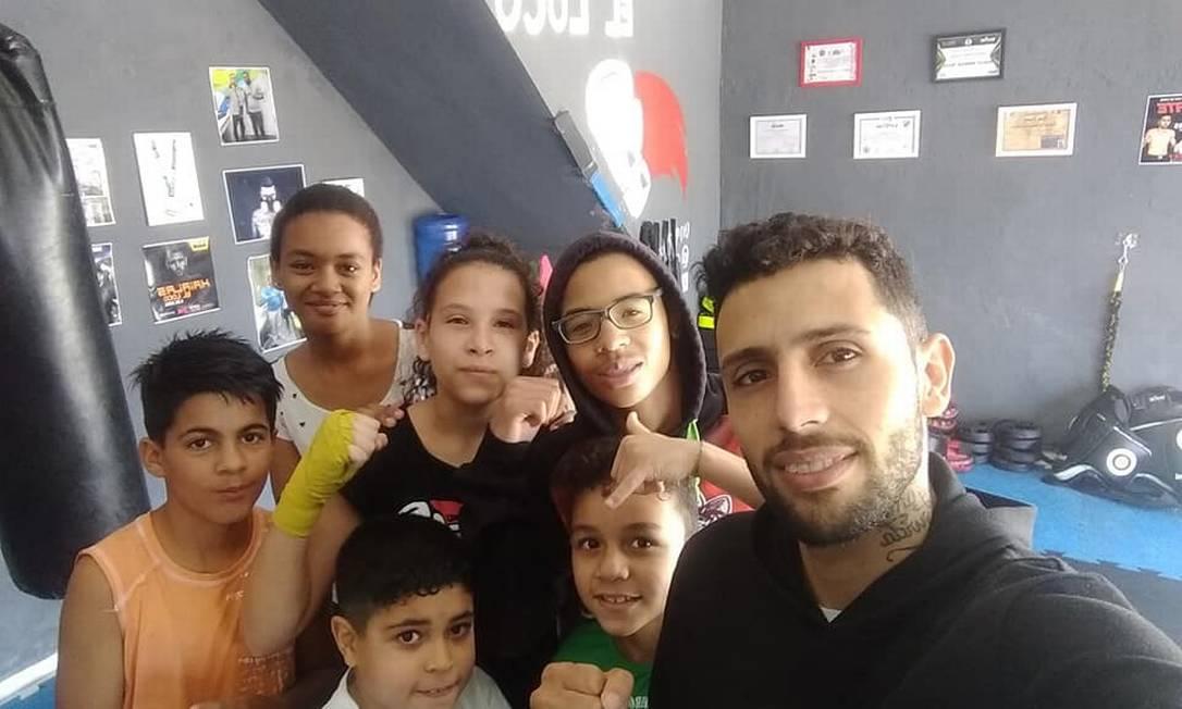 El luchador da lecciones gratuitas a los niños de CT Haialas y sueña con incrementar aún más su proyecto social Foto: Reproducción / Facebook