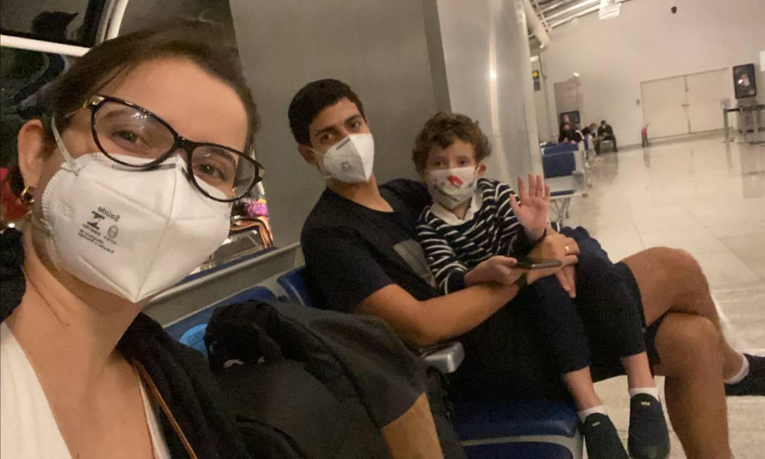 Sara Meirinho com seu marido, Bruno Peres, e o filho do casal, Théo, de cinco anos, esperam um voo num aeroporto durante a viagem de férias da família Foto: Acervo pessoal