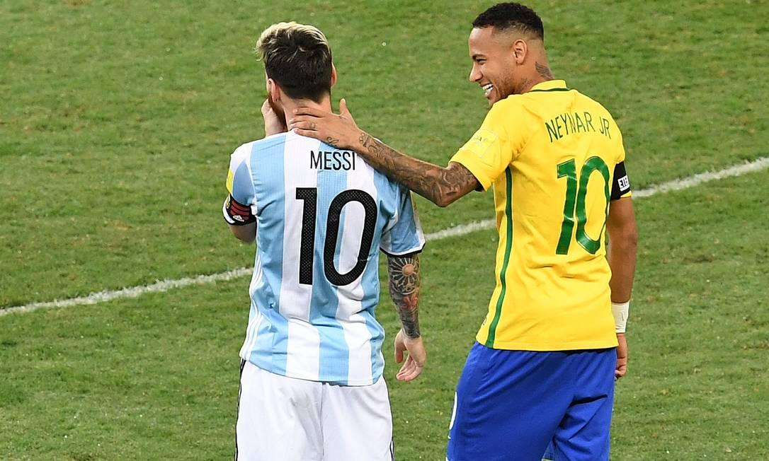 Messi e Neymar em confronto entre Argentina e Brasil pelas eliminatórias da Copa do Mundo de 2018, no Mineirão Foto: EVARISTO SA / AFP