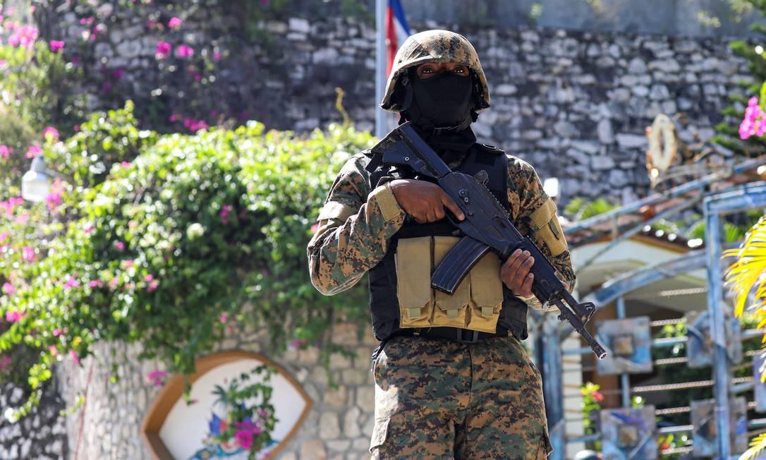 Policial haitiano monta guarda do lado de fora da residência presidencial, onde Jovenel Moïse foi assassinado um dia antes Foto: VALERIE BAERISWYL / AFP