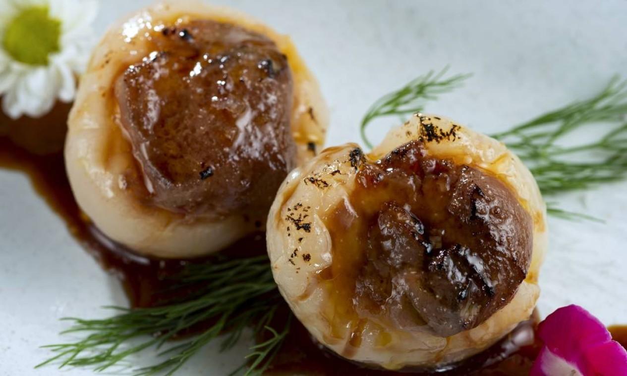 Inseparáveis. No Kitchen Asian Food (4042-6161), o chef Nao Hara criou uma dupla que combina lichia com foie gras maçaricado (R$ 38,00) Foto: Divulgação/Alexander Landau