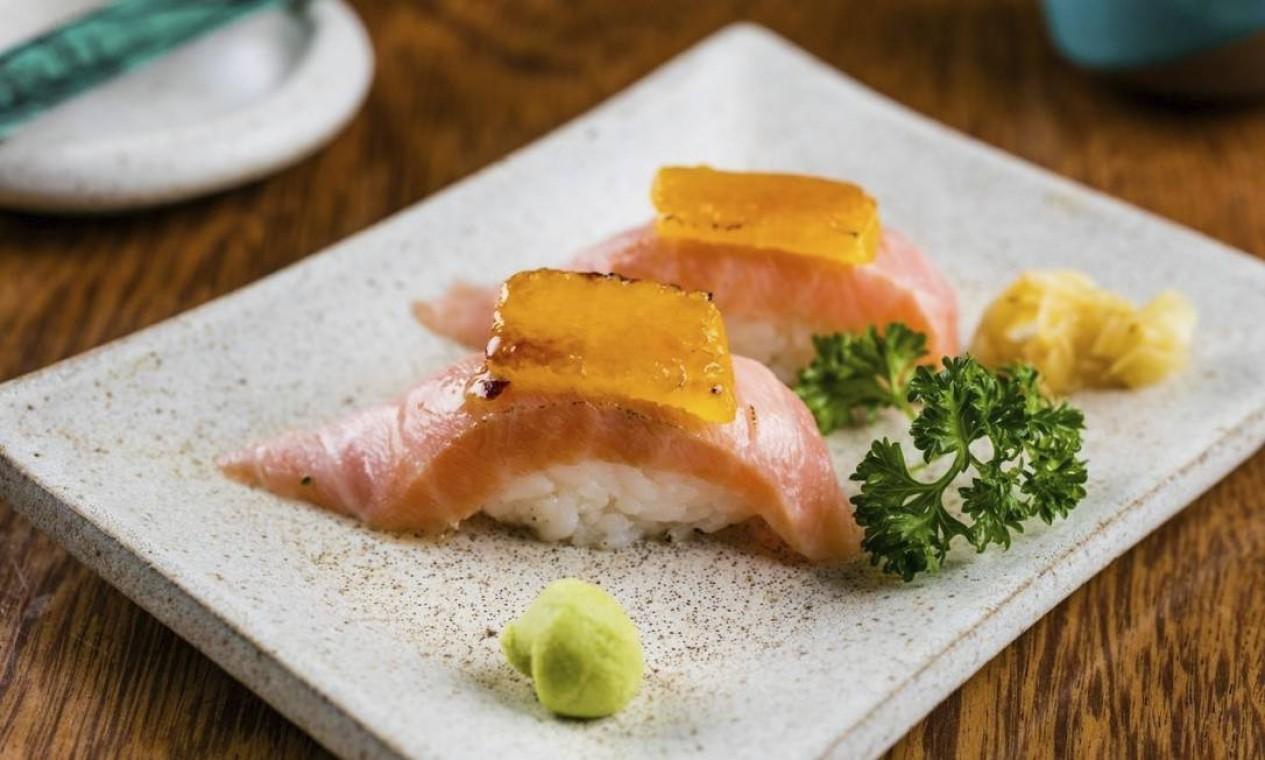 Cítrico. Dupla nigiri de salmão cobertopor laranja maçaricada no Cointreau (R$ 27), do Gurumê (3030-8234) Foto: Divulgação/Tomas Rangel