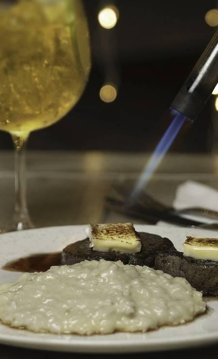 Toque final. No Terrazza (@terrazzariodejaneiro), o medalhão de filé-mignon black angus é preparado com molho de vinho tinto e queijo brie maçaricado na mesa. Sai acompanhado de risoto de parmesão (R$ 89) Foto: Divulgação