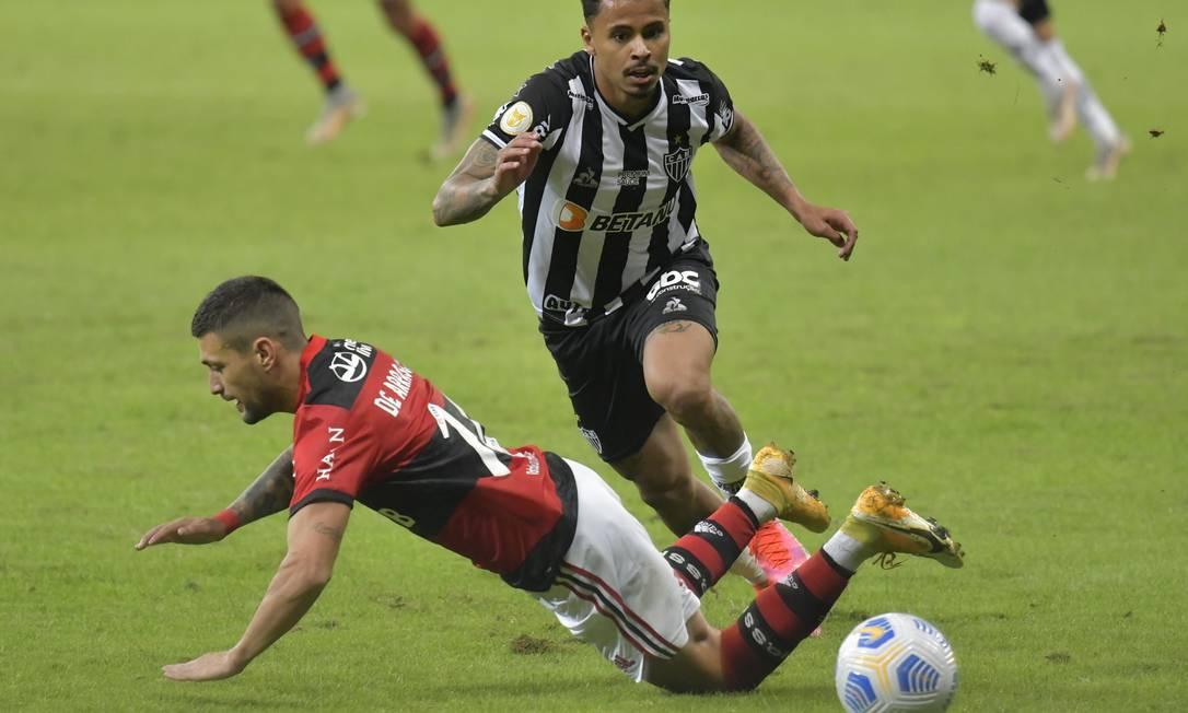 Arrascaeta leva a pior na disputa com Allan: resumo do que foi o Atlético-MG x Flamengo Foto: Washington Alves/Reuters