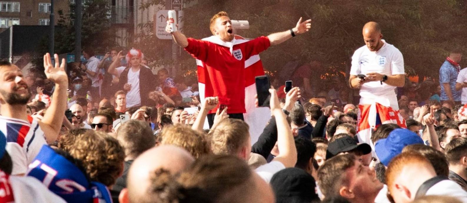 Torcedores ingleses festejam do lado de fora de Wembley, em Londres Foto: Yan Cucco