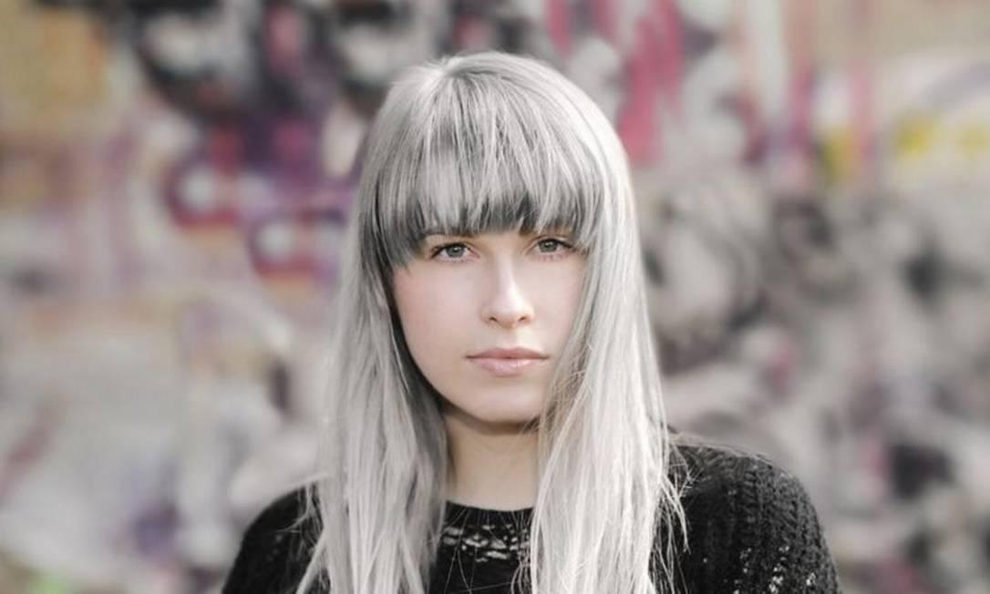 Enquanto para grande maioria cabelos grisalhos aparecem depois dos 40 anos, em muitas pessoas processo começa muito mais cedo Foto: Getty Images