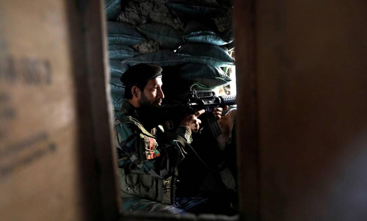Soldado do Exército Nacional Afegão vigia de um posto de controle em Mahipar, na rodovia Jalalabad-Cabul, Afeganistão Foto: MOHAMMAD ISMAIL / REUTERS